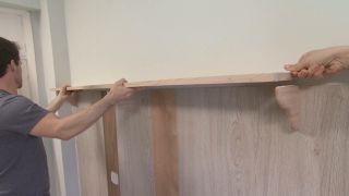 Dormitorio amarillo con friso de madera paso 7