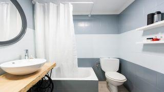 Cuarto de baño tricolor en gris