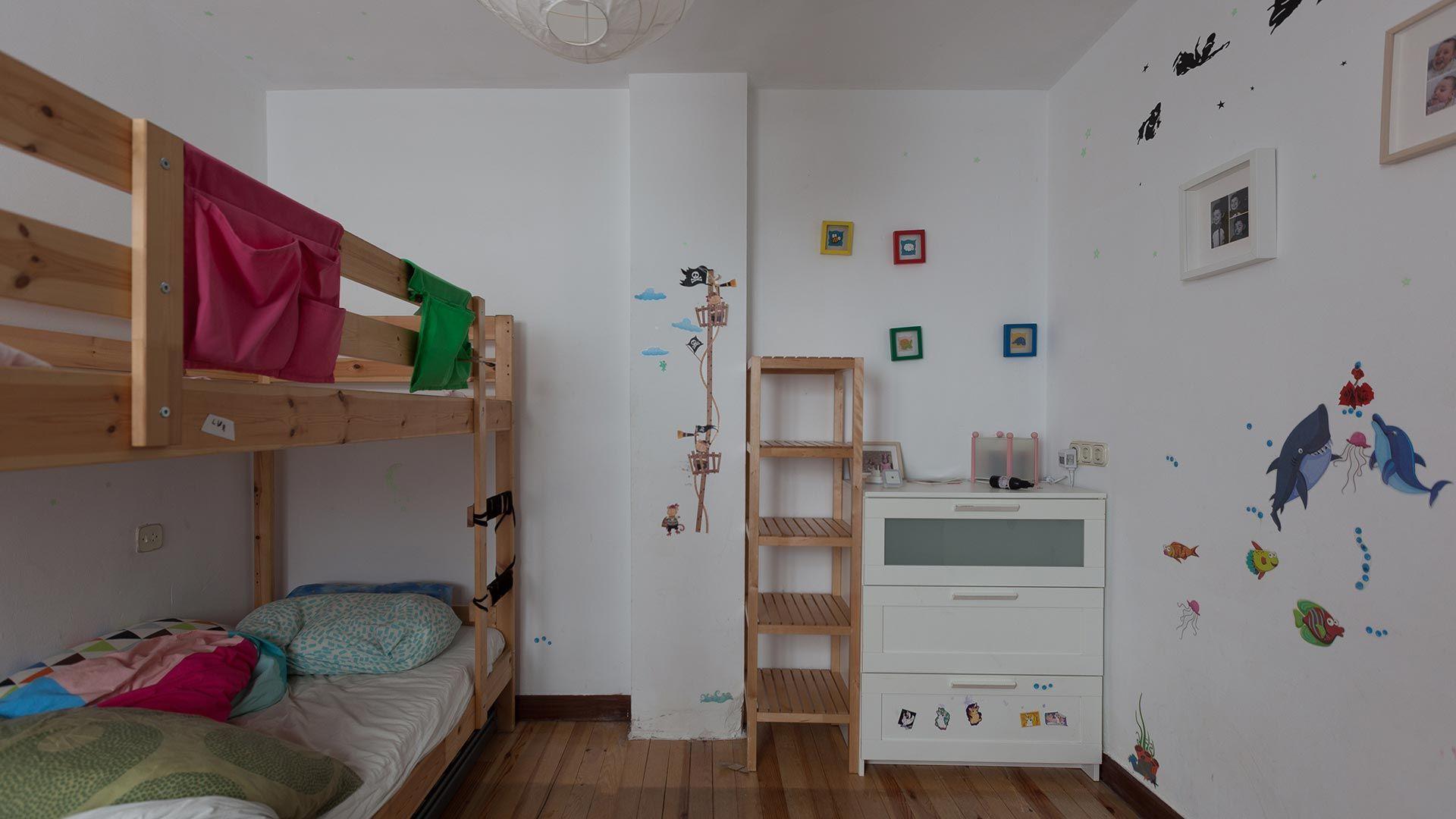 Habitación infantil con literas antes