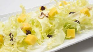 Ensalada de escarola, mango, avellanas y arándanos