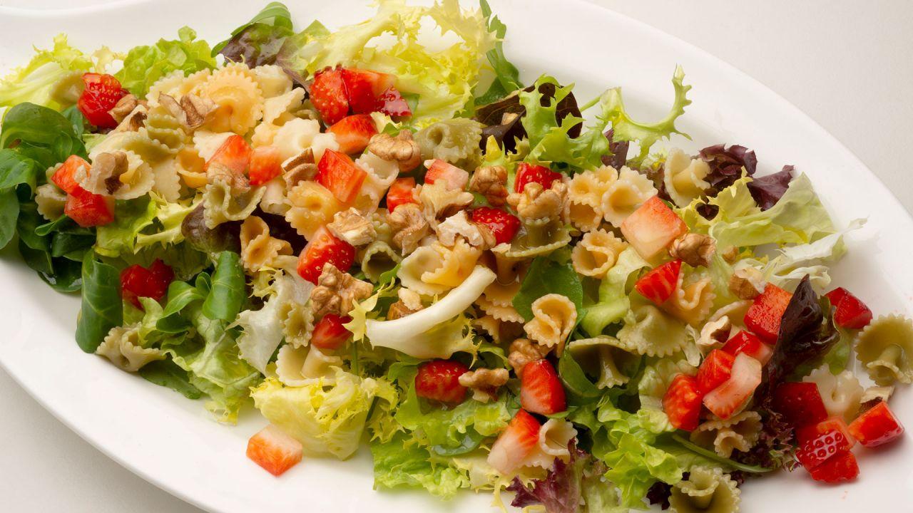 Receta de Ensalada de lechugas variadas, pasta y fresas - Karlos ...