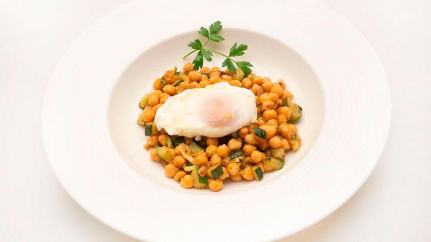 Receta de Garbanzos con calabacín y huevo escalfado - Karlos Arguiñano