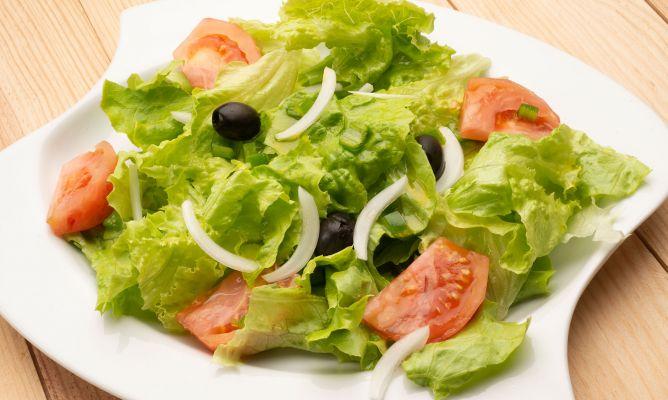 Receta De Ensalada De Lechuga Tomate Y Aceitunas Negras Karlos Arguiñano