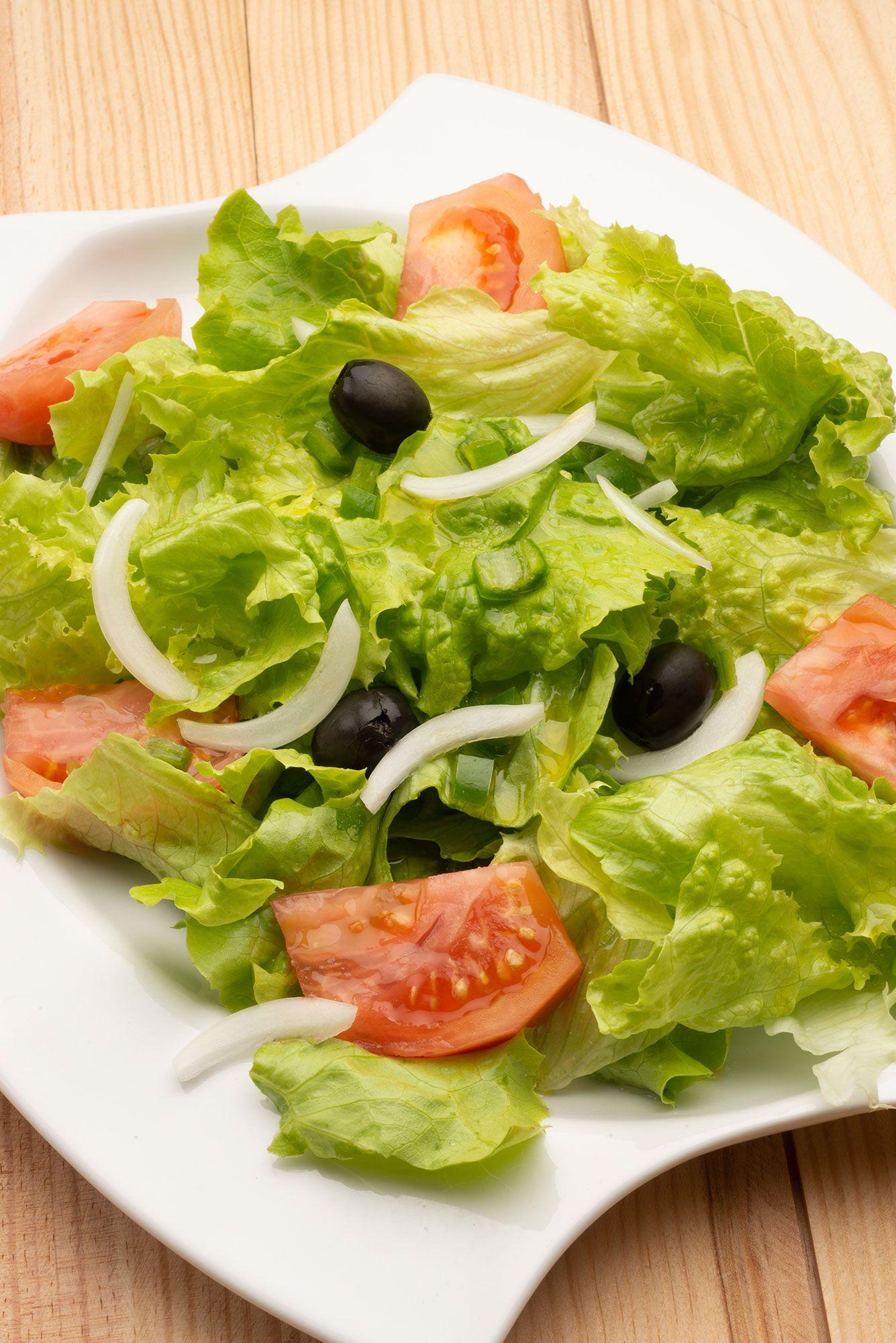 Ensalada de lechuga, tomate y aceitunas negras