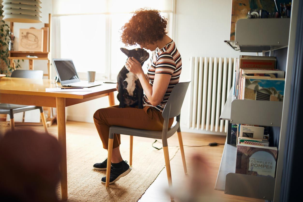 Una mesa de trabajo es un espacio esencial para un millennial.