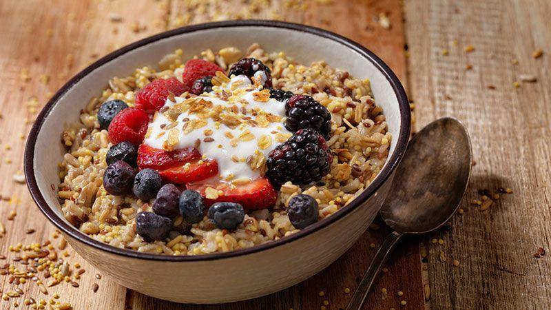 Desayuno con muesli, avena y frutos rojos.