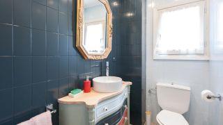 Cómo decorar un cuarto de baño azul elegante