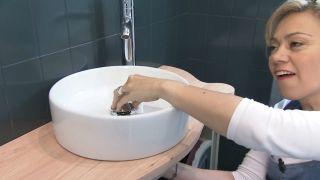 Cómo decorar un cuarto de baño azul elegante paso 10