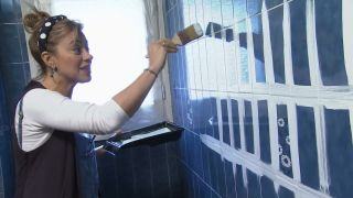 Cómo decorar un cuarto de baño azul elegante paso 2