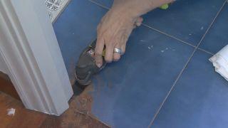 Cómo decorar un cuarto de baño azul elegante paso 4