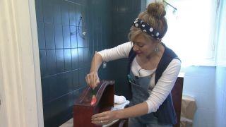 Cómo decorar un cuarto de baño azul elegante paso 6