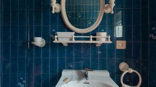 Cómo decorar un cuarto de baño azul elegante antes