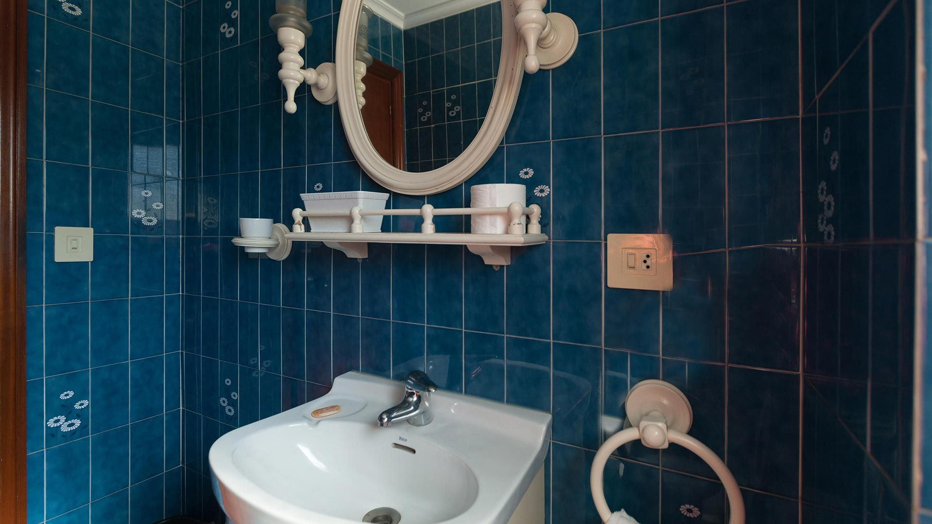 Cuarto de baño antiguo y deteriorado