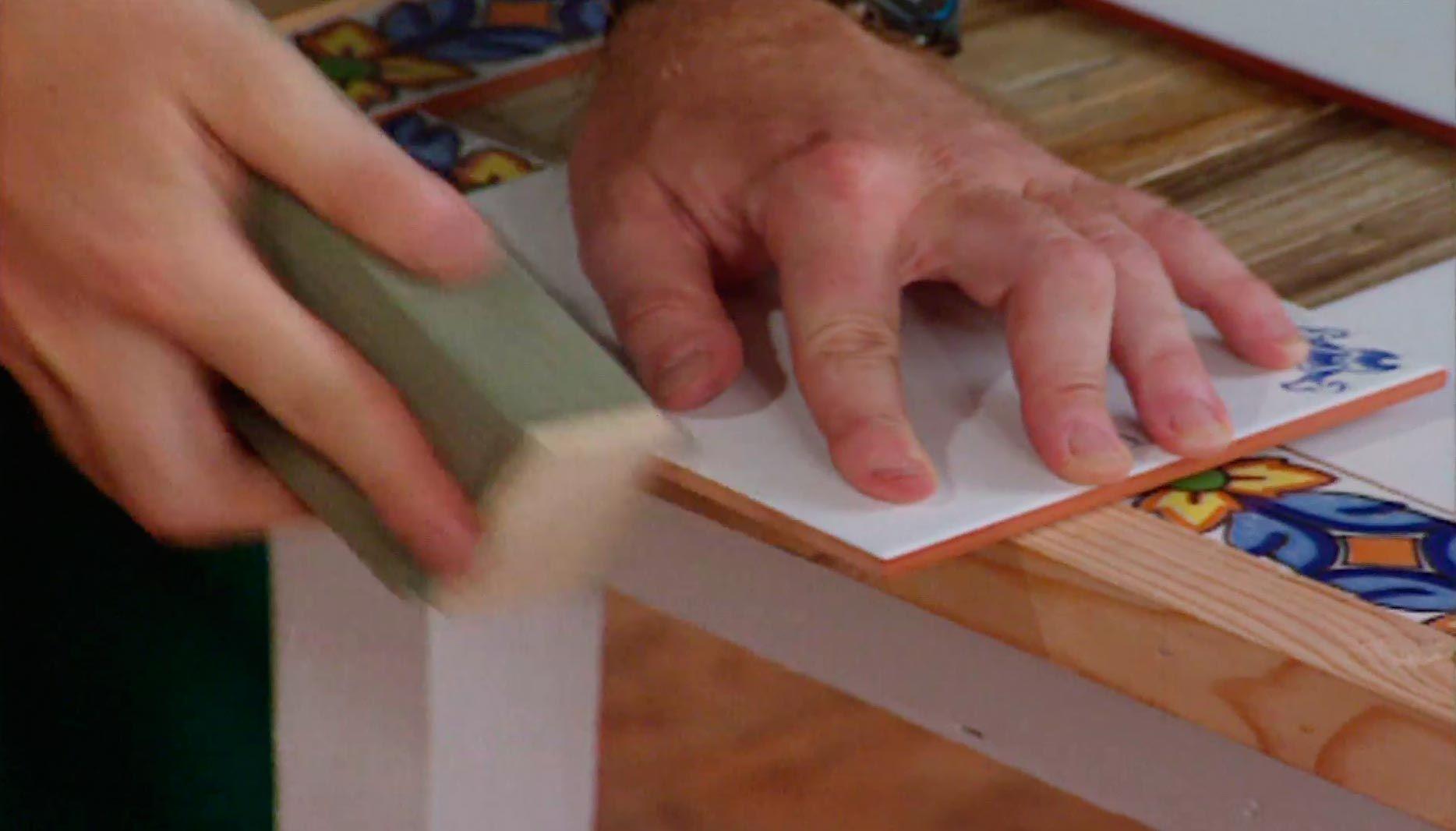 Cómo alicatar una mesa vieja de madera