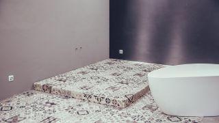 Cómo hacer un suelo elevado en el baño