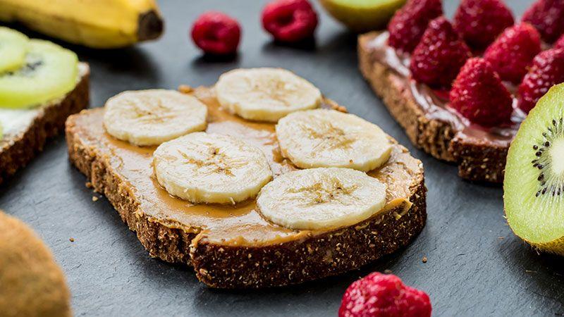 Tostada con crema de cacahuete y plátano.
