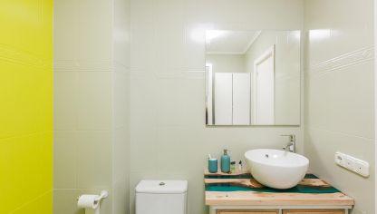 Cuarto de baño verde con encimera de resina - Decogarden