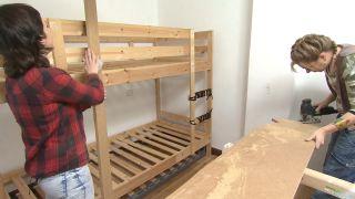 Habitación infantil con literas y tobogán paso 3