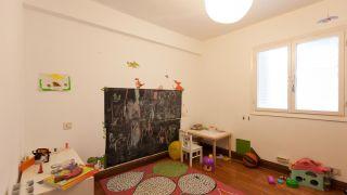 Habitación infantil con estantería de dragón antes