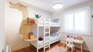 Habitación infantil con estantería de dragón