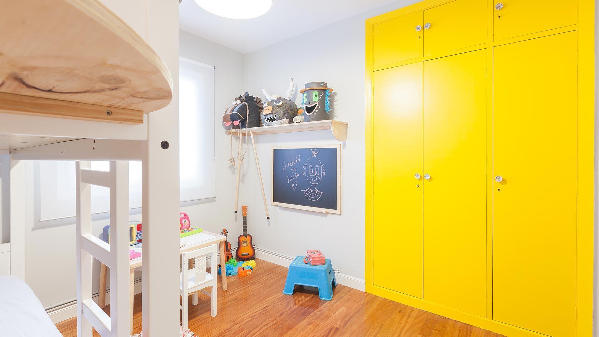 Colores llamativos para un armario empotrado en una habitación infantil.
