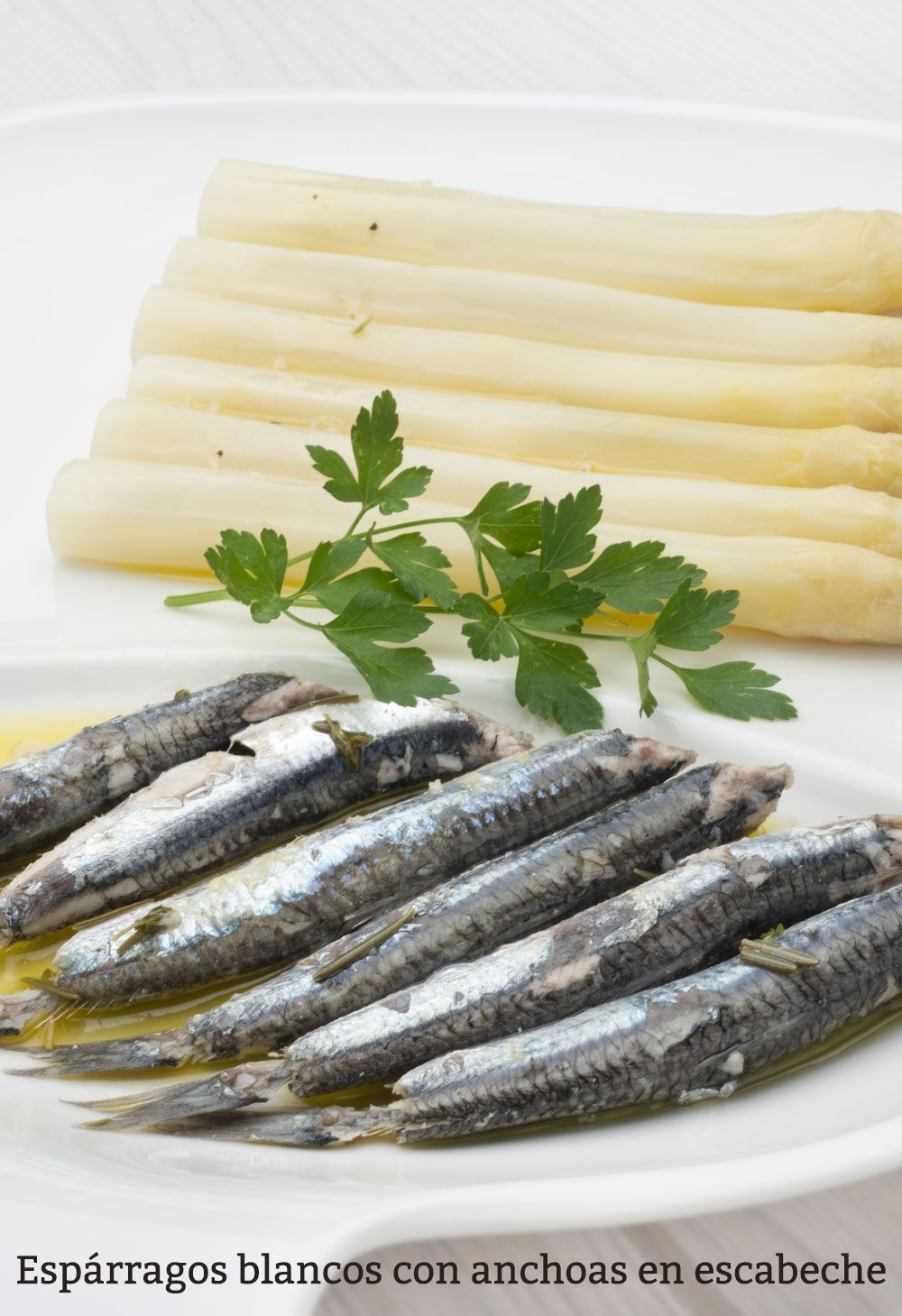 Espárragos blancos con anchoas en escabeche