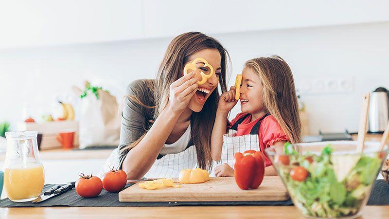 Madre e hija se divierten cocinando juntas.