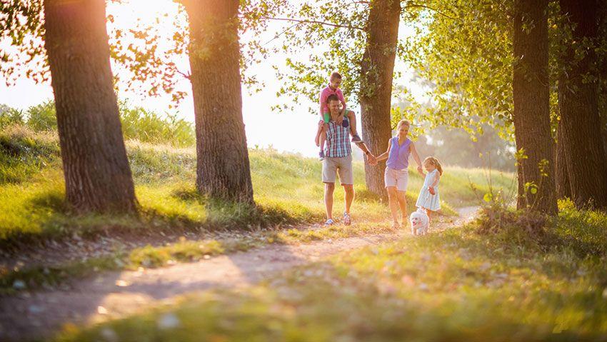 Familia paseando aire libre
