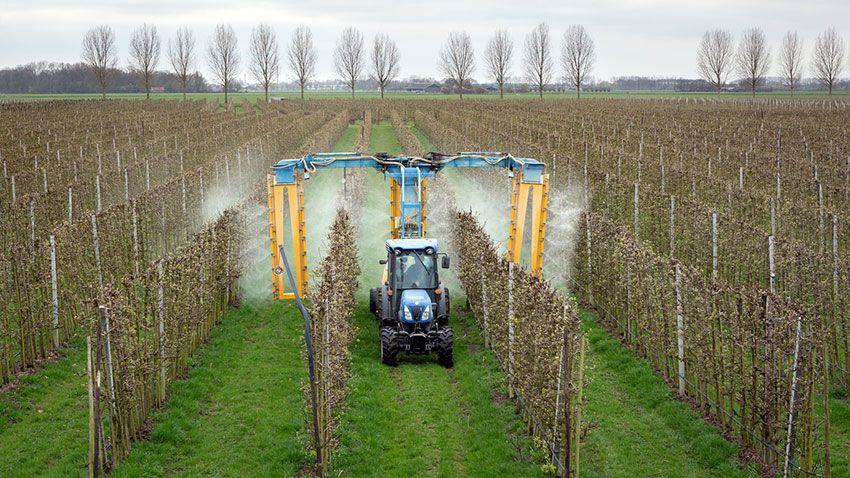 Tractor esparciendo insecticida