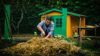 Tareas de jardinería en la huerta de Karlos Arguiñano