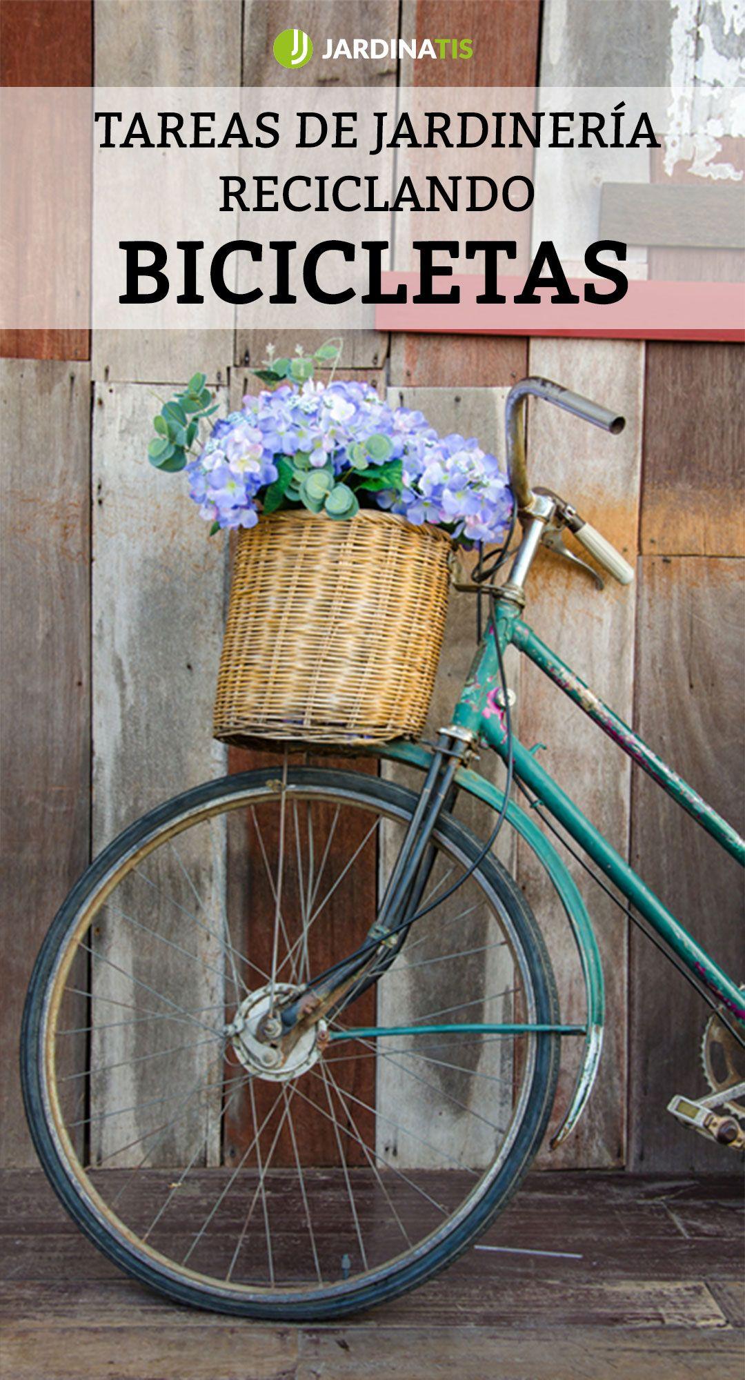 Tareas de jardinería reciclando bicicletas