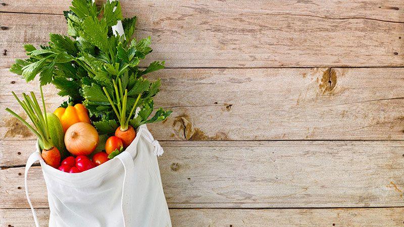 Bolsa de tela reutilizable para una compra sostenible.