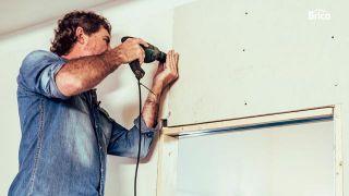 Cómo instalar una puerta corredera oculta