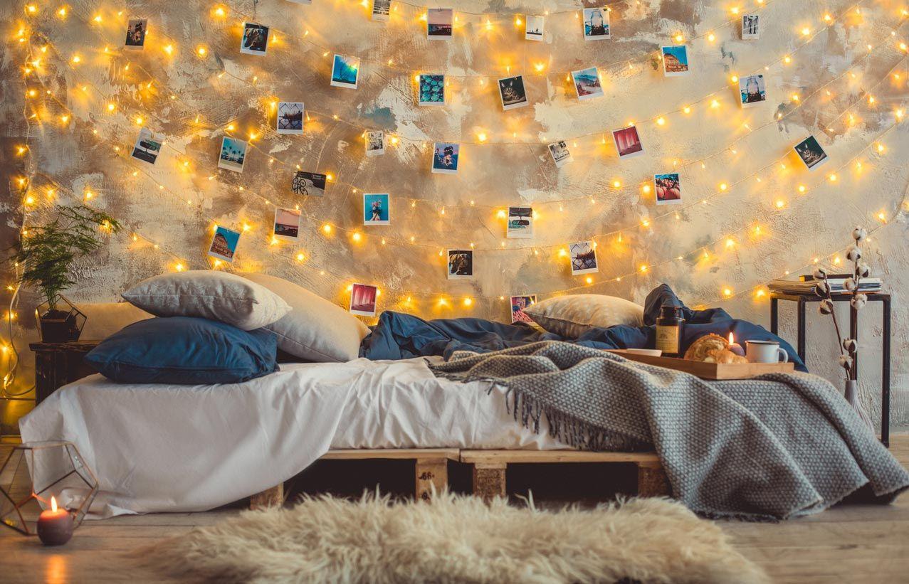Habitación juvenil con cama hecha con palés.