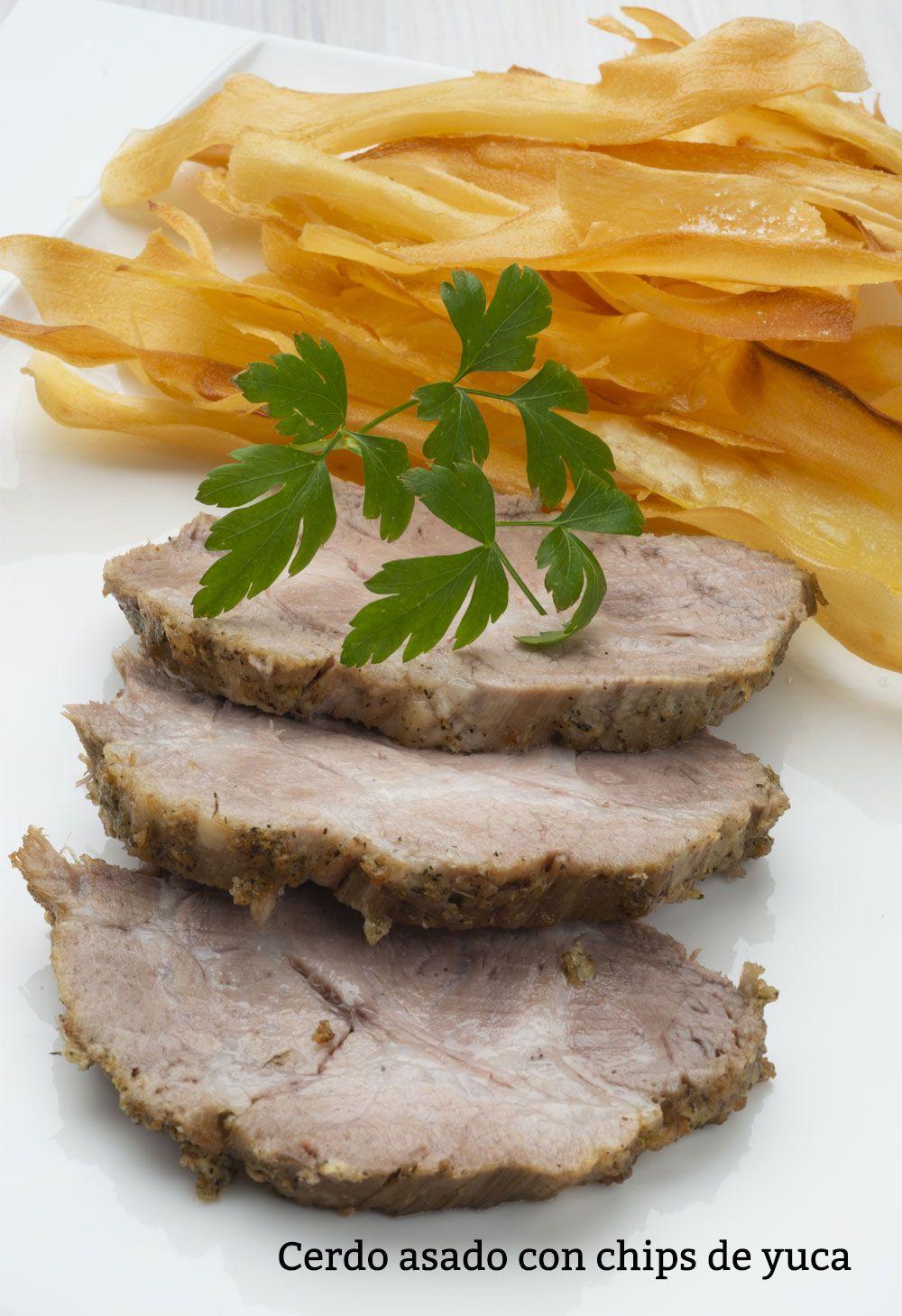 Cerdo asado con chips de yuca