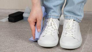Cómo limpiar las zapatillas de color blanco