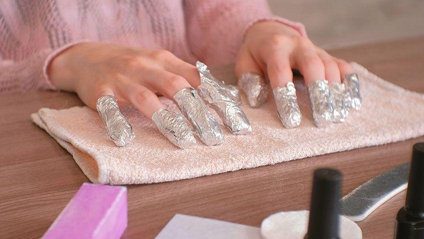 Quitar esmalte semipermanente con papel de aluminio