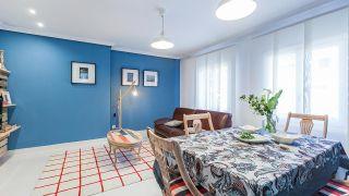 Salón comedor moderno con muebles de palés