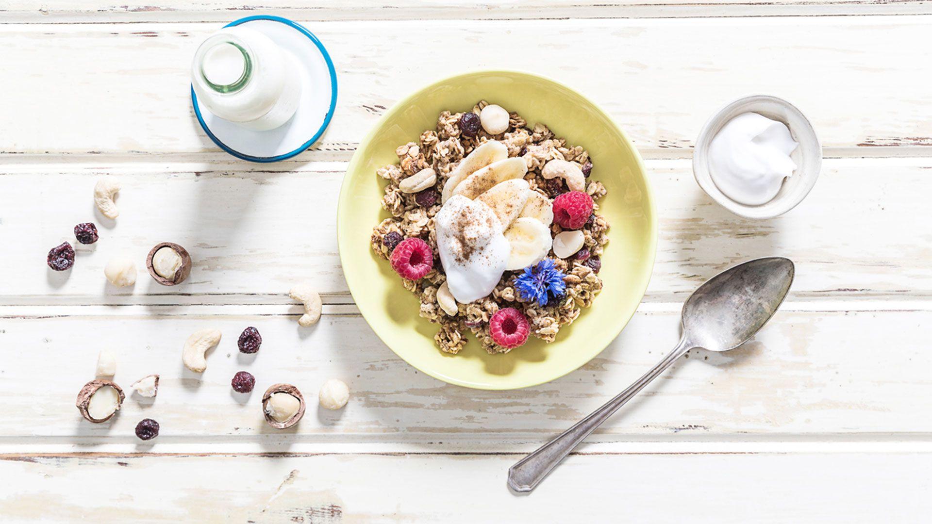 Bowl de gachas de avena, con cereales, frutos rojos y nueces de macadamia.