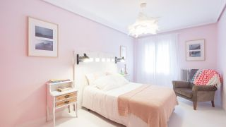 Dormitorio luminoso de estilo ibicenco