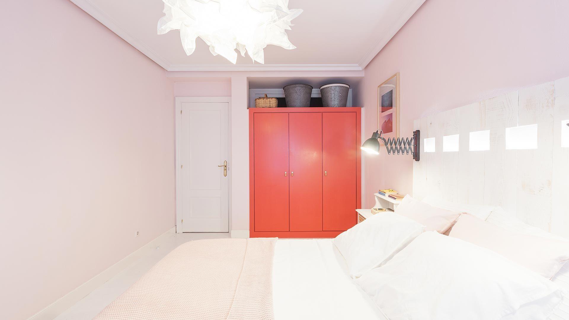 Pintar un armario empotrado de rojo para un toque personalizado