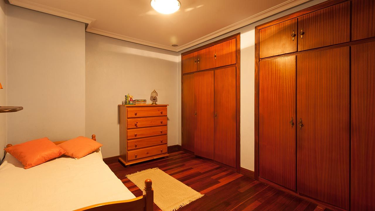 Dormitorio anticuado y soso - antes