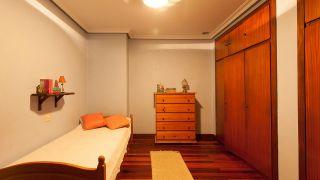 Dormitorio verde fresco de estilo étnico - antes