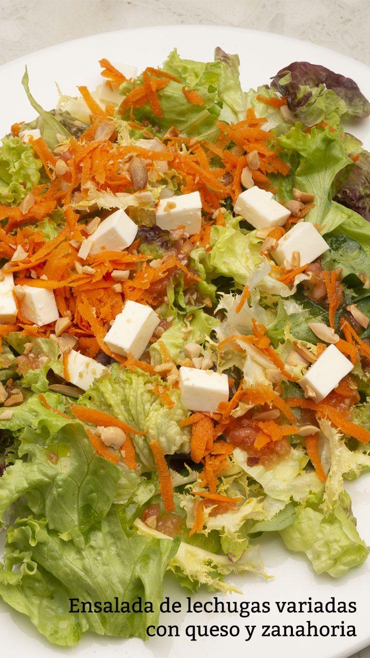 Ensalada de lechugas variadas con queso y zanahoria