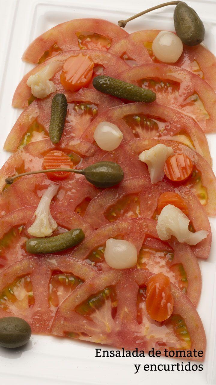 Ensalada de tomate y encurtidos