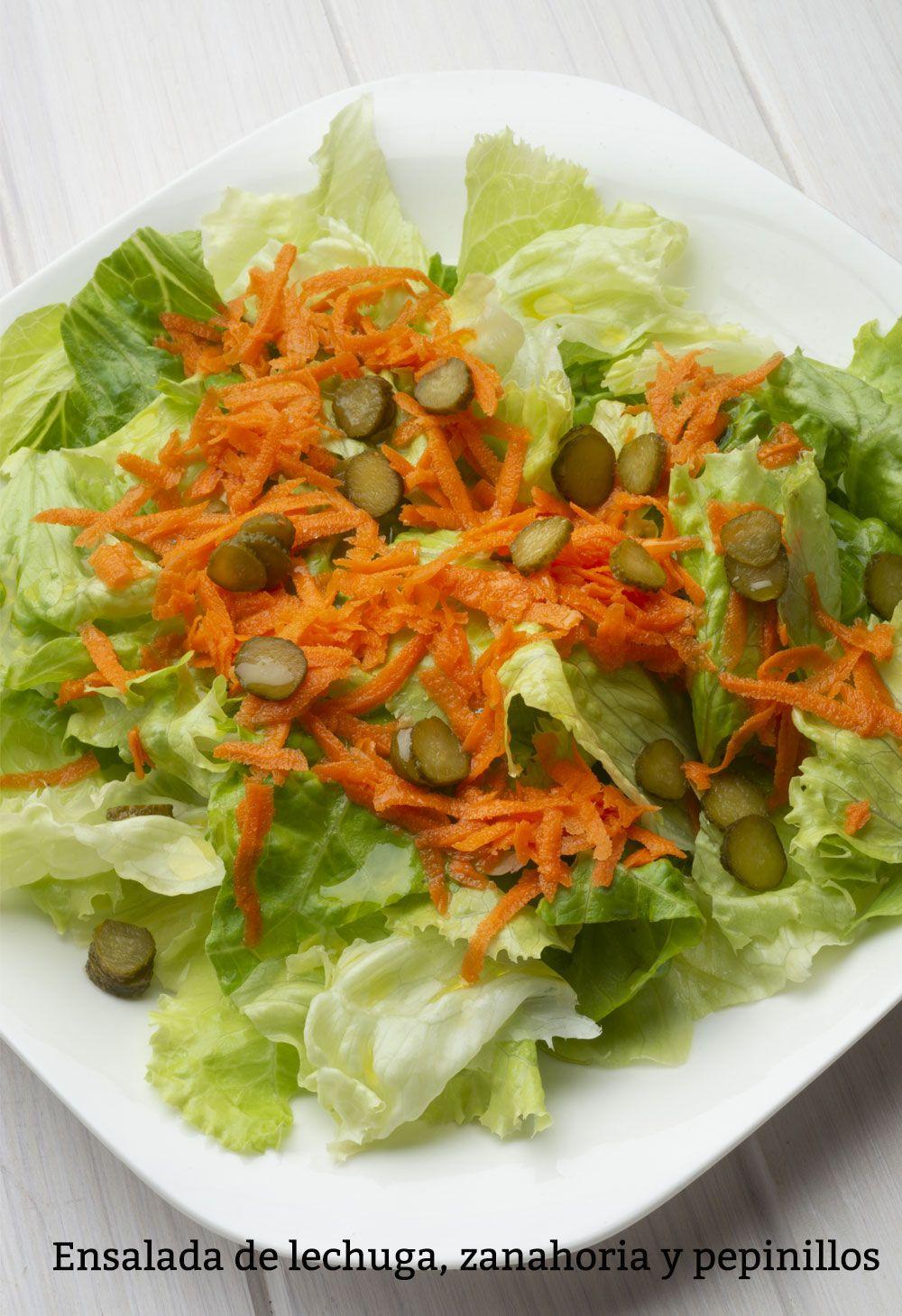 Ensalada de lechuga, zanahoria y pepinillos