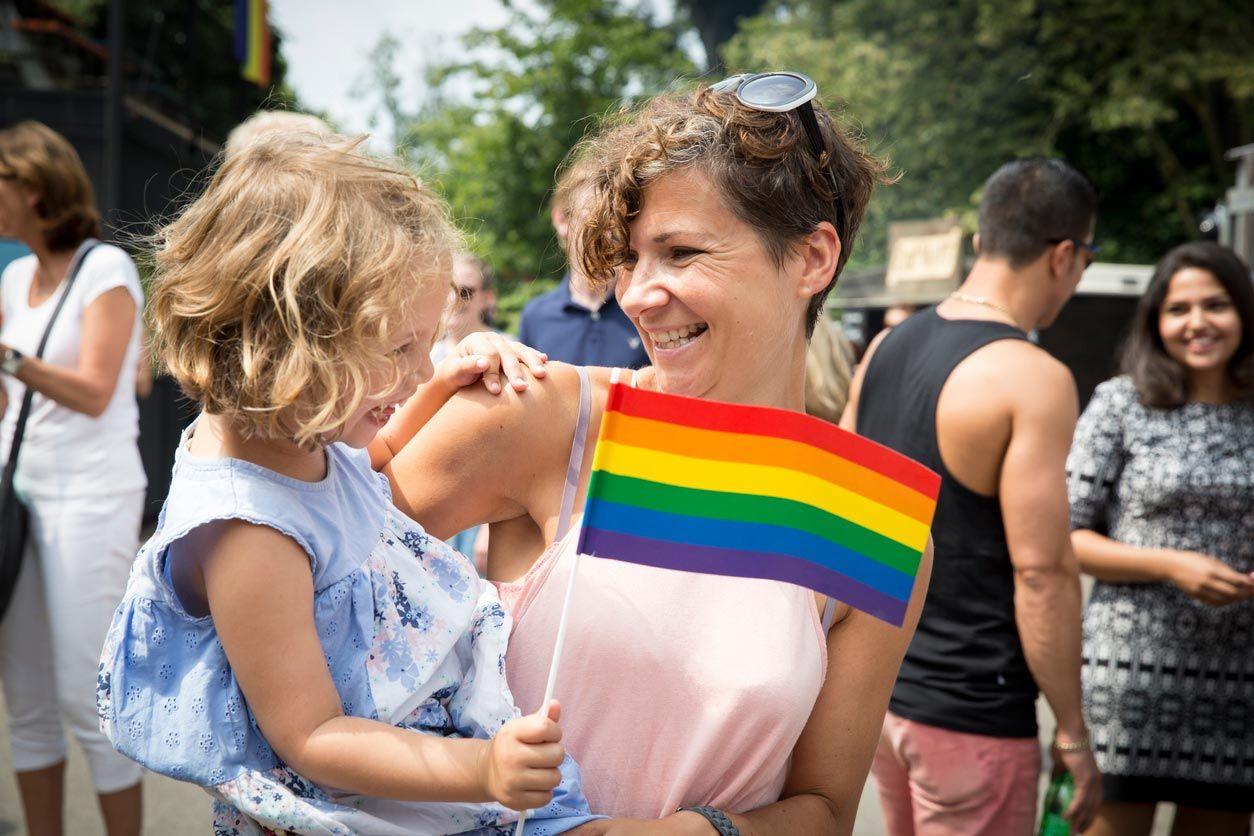 Hacer banderas con niños para celebrar el orgullo LGTBI