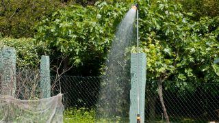Instalar una ducha en el jardín