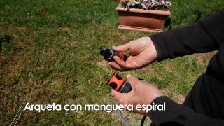 Cómo instalar una arqueta con manguera espiral en el jardín