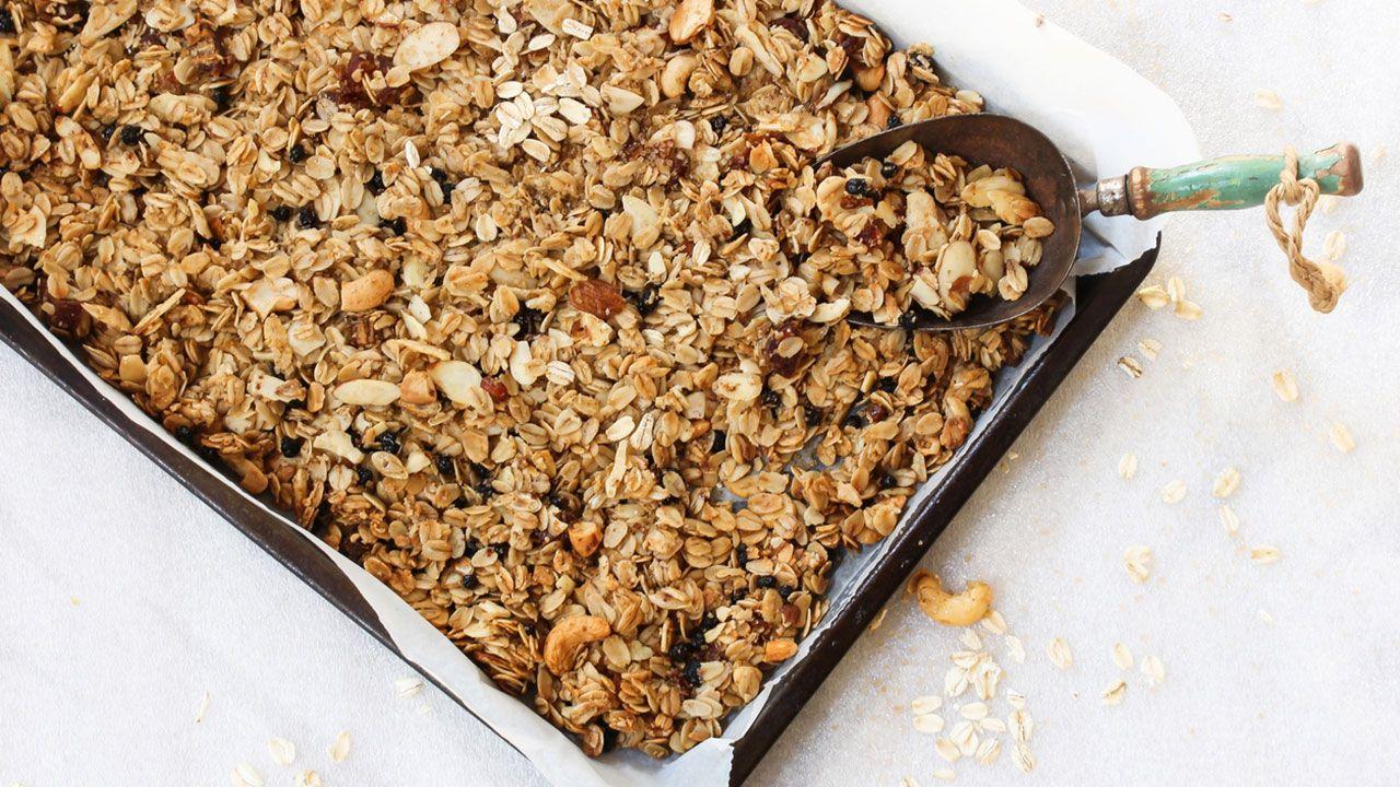 Extiende la mezcla en una bandeja de horno cubierta con papel de hornear y hornea durante 15-20 minutos, hasta que esté tostadita.